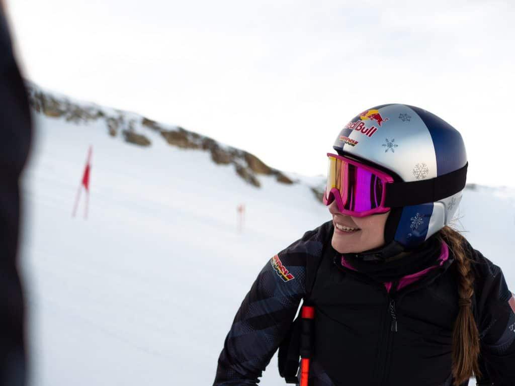 Telemarkerin Johanna Holzmann mit Red Bull Helm