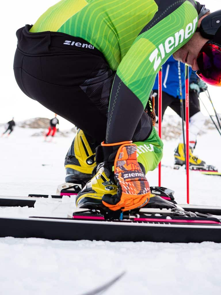 Telemarker Christoph Frank im Ziener Rennanzug schließt seine Schuhe