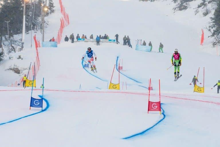 Jonas Schmid kommt zusammen mit Stefan Matter über den Sprung in Rjukan beim Parallel Sprint