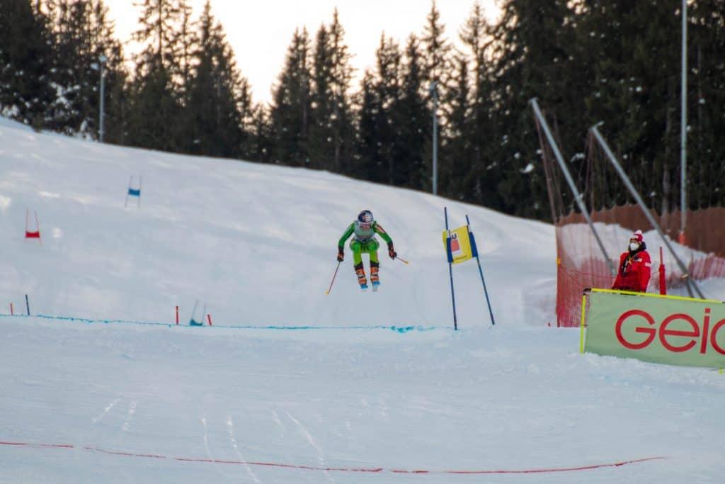 Johanna Holzmann mit Probleme beim Sprung beim Heimweltcup am Oberjoch