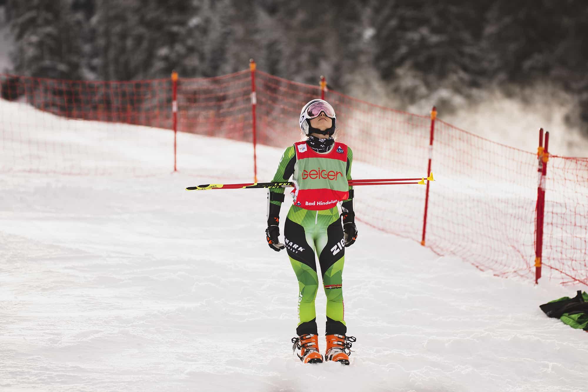 Johanna Holzmann macht sich bereit für den Parallel Sprint am Oberjoch